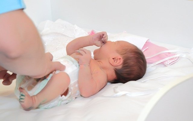 Выделения у новорожденных девочек: причины их появления, что есть норма, а что патология?