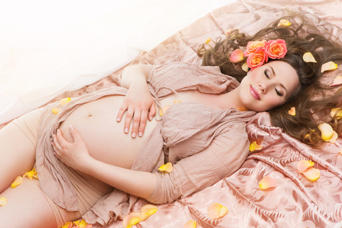 Как беременность влияет на женский организм: симптомы и сроки изменений