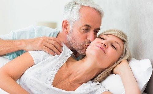 Секс после менопаузы (половая жизнь при климаксе): можно ли заниматься сексом (испытывает ли организм)