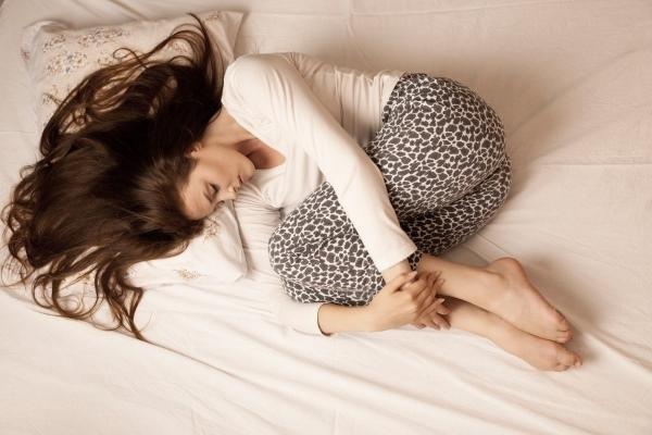 Почему болит живот при месячных (тянет): что делать если нет таблеток (как лечь)