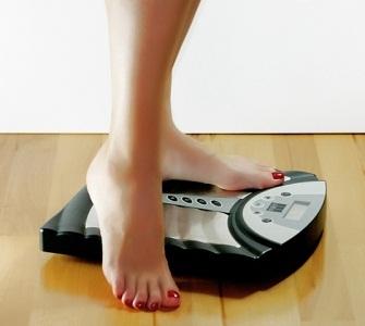 Почему перед месячными надувается живот и увеличивается вес: набор веса перед месячными