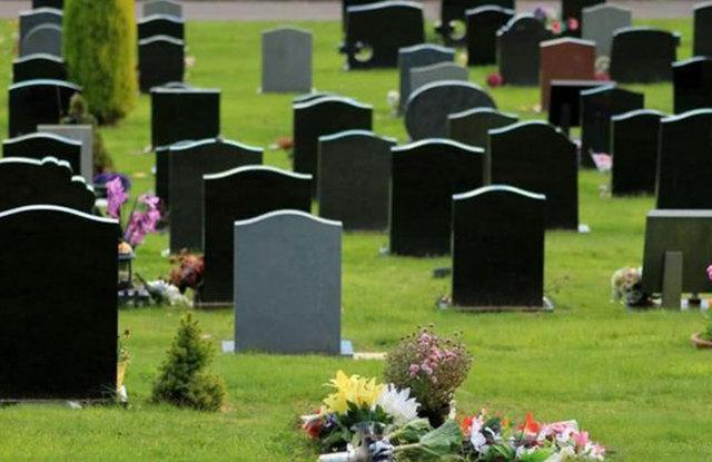 Можно ли с месячными ходить на кладбище, похороны: ответ священника